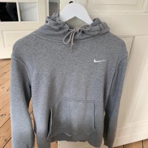 Lysegrå basic Nike hoodie, trøje, sweater, sweatshirt, pullover med hætte.   Kan passes af xs/34 - s/36 m/38 og måske også str l/40  Unisex, til Mænd og kvinder   Træningstøj, sportstøj, Nike, løbetøj  Har taget billeder af de enkelte små slidte steder men slet ik noget man ligger mærke til på afstand.