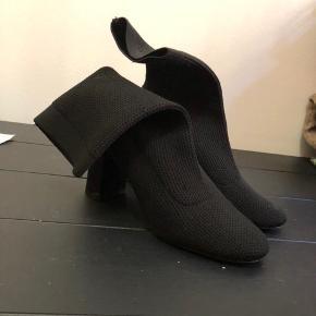 Sorte sokke-støvler fra Zara i str. 38. Har fået et par mærker på hælen, men ellers fejler de ingenting.