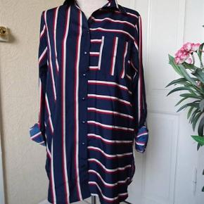 Flot  New Look Skjorte ned lange ærmer * Ny* Farve: Marine/ grå/rød  Bluse sælges, med lange ærmer... (BYTTER IKKE)  Brystmål: 49x2  Længde: 72 Materiale: 100 % Polyester