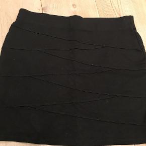 Varetype: nederdel Farve: Sort Prisen angivet er inklusiv forsendelse.