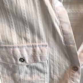 Sød stribet sommerskjorte fra RUEde FEMME i hvid/stribet, str L :-) Har aldrig været brugt - 100% bomuld🌸