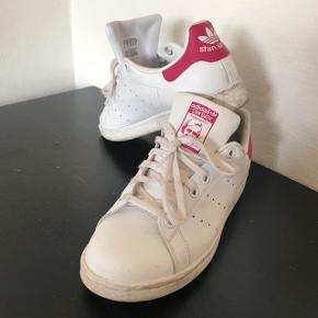 Adidas Stan smith sneakers i hvid og pink.  Gode at gå i, dog for lille til mig så de er ikke gået til.   De fejler ingenting