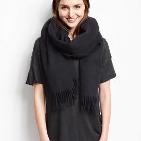 Klassisk sort Nia tørklæde fra Moss Copenhagen. 100 % uld, blødt og kradser ikke. Jeg har klippet mærket af og brugt det nogle måneder sidste vinter.