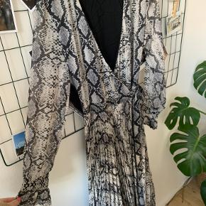 Slangemønstrede slå-om kjole fra h&m Lang model Str. 38  Brugt få gange Byd