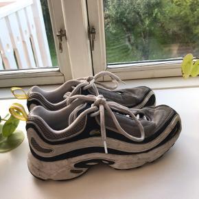 Nice Sneakers fra Reebok, brugt men ikke slidte. En tur i vaskemaskinen så er de så gode som nye💪. Passes af 38-39 og derimellem selvfølgelig. Skriv for mere info❤️
