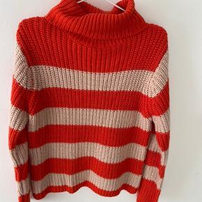 Super fed turtleneck sweater fra Na-kd. Brugt enkelte gange, men fremstår i god stand. Købt for 350kr Byd gerne🧡