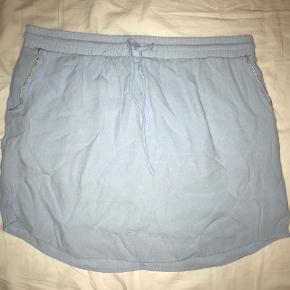 Super fin lyseblå nederdel med fin sølv glimmer detalje ved lommerne
