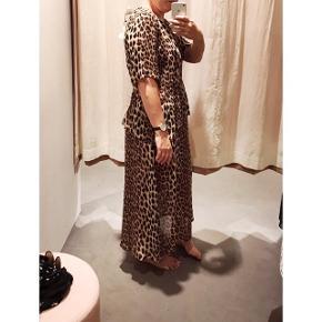 Den fineste kjole i leopardprint fra Gestuz. Kun brugt én gang til bryllup i sommers. Den er en lille smule transparent, men pga printet, kan man ikke se igennem den. Nypris 1000kr.  Kan afhentes på FRB eller sendes med DAO (modtager betaler porto)