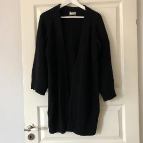 Lækreste cardigan i 100% uld fra Acne Studios. Modellen hedder Sonya og er oversize med brede ærmer og ribstrik.   OBS: Min er sort, første billede er kun for at vise de fine detaljer og fittet.  Der står XS i mærket, men på grund af fittet vil den kunne passe alt fra S-L afhængig af, hvordan den skal sidde. Jeg er selv en small og passer den perfekt.  Tjek også mine andre annoncer ☀️ Jeg sælger også tøj fra COS, &Other Stories, Massimo Dutti og Adidas.