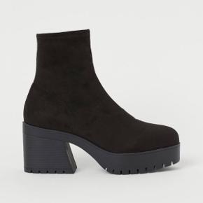 H&M sock støvler med plateau hæl, størrelse 37, ny stadig med prismærke, kun prøvet på indenfor en enkel gang.  Mega gode at gå i pga. plateau og blødt skaft.   Imiteret ruskind. Plateauhøjde foran 3cm., hælhøjde 6,5 cm.   Sælger betaler fragt, ellers kan de hentes ved Nørrebrohallen.