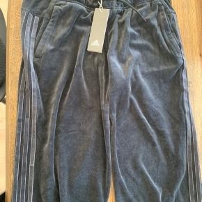 Mega fede helt nye vintage velour Adidas bukser, stadig med prismærke. Np 450,-
