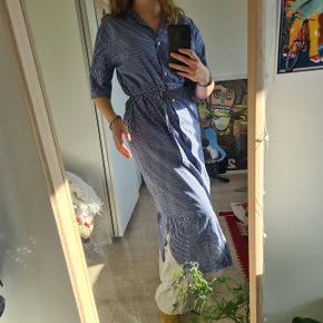 Super skøn skjorte-kjole fra Moss Copenhagen! Sælges kun fordi jeg simpelthen ikke får den brugt så meget som ønsket mere, og den derfor fortjener en ejer der får den brugt! 🌞  Søgeord: retro - stribet - skjorte - kjole - maxi - msch - blå - lyseblå