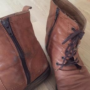 Brune støvler i imiteret læder med lynlås og snørebånd. Er brugt og har tegn på dette, men fungerer som de skal🌞🌱💗