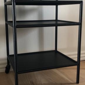 Sort metalsengebord fra IKEA.