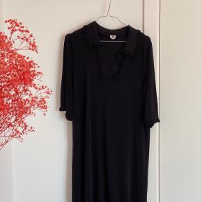 Sælger den fineste kjole fra ARKET. Den har det fineste krave og v-udskæring og frynser i bunden, ved ærmerne og ved kraven. Den er lidt strik-agtig i stoffet. Brugt og vasket et par gange 🖤