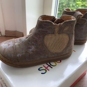 Rigtig søde og fine pige sko fra shooPom, meget lette og i rigtig fin stand da de er brugt få gange. Perfekte til forår og efterår. Str 24