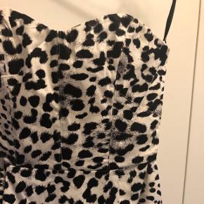 Sød kjole med sort/hvid leopardprint i str. 38 Aldrig brugt Np. 179.-  BYD