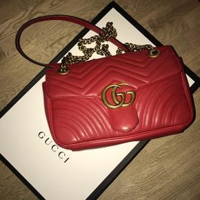 Sælger min Gucci Marmont taske i small. Den er i fin stand, enkelte slid mærker bag på.  Alt medfølger. Nypris er 11.000kr.  Giv et bud :)