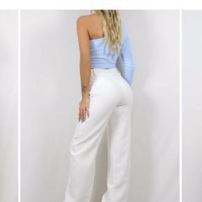 Hvide Vera wide bukser i str. l.  De er aldrig brugt da jeg ikke kan passe, men nåede ikke at returnere.   De er en str. l, men ville sige de passer en normal m lang mere.  Byd!!!