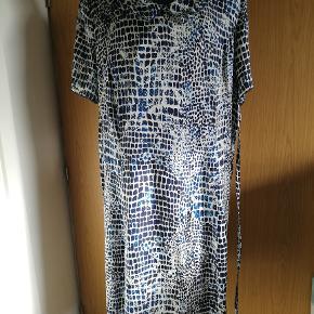 Dejlig let kjole i marineblå og hvidt mønster.  Flot krave.