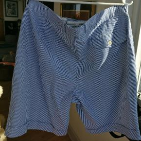 Et par vintage lacoste shorts i stribet blå /hvid. Måler, alle mål taget fladt liggende, ca. 42 i livet, længde 54 og 24 fra skridtet og ned. Fitter M/og L. Tag udgangspunkt i angivet mål.  Mp. 225