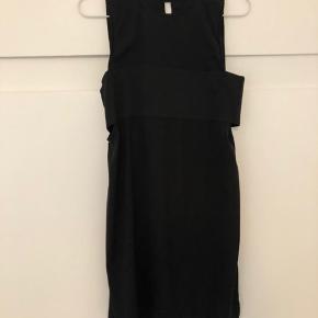 Stadig i godt stand. Minimalistisk sort kjole. Str 4