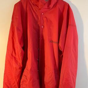 Hej!  Jeg sælger denne utrolig fede KenWood jakke. Den er ikke brugt særlig meget, så der er ikke rigtig nogle tegn på slid. Der er skrevet KenWood på venstre bryst, samt henover rykken, hvilket ser utrolig godt ud! Jeg sælger den til 125 kr. Hvis du har nogle spørgsmål til jakken, så spørg løs  Tjek gerne mine andre annoncer ud for en masse billige ting