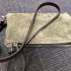 Lækker rå og rummelig crossover i ruskind og fede detaljer i læder. Aldrig brugt. Købspris 1400,-