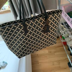 """Jeg sælger min By Malene Birger taske i modellen """"Abigail"""", da jeg har forelsket mig i en anden farve af samme taske.   Den er brugt 2 gange og har ingen brugstegn.   Ny pris var 1.800,- og jeg vil gerne så tæt på prisen som muligt. Men byd gerne."""