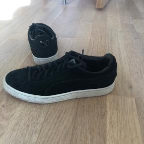 Klassiske puma sneakers i sort ruskind med hvid sål, der let kan gøres ren