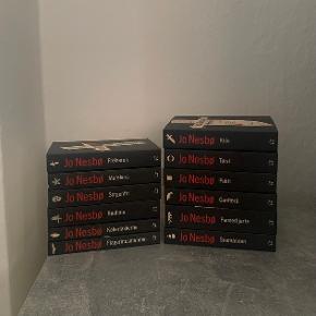 """Alle 12 bøger i serien om Harry Hole, skrevet af Jo Nesbø. Super spændende og fangende krimiserie. Alle bøger har jeg købt fra ny, og kun læst en enkel gang. Standen er derfor næsten som ny, og bøgerne fejler ingenting.  Prisen er fast☀️ Benyt gerne """"køb nu"""" funktionen⬆️☀️"""
