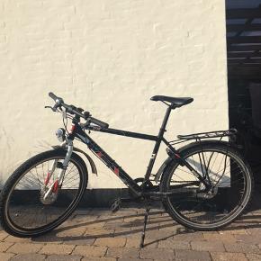 Sælger denne fede Mountainbike  Har tegn på slid ses på billeder, men kører super. Den er cirka 4 år gammel og købt i Givskov Cykler i Skive.   Lys foran og bagved☑️ 7 invendinger gear☑️ Lås❌ (nøgle er væk) Ringeklokke❌ (faldet af)   Den kan hentes i Skive, Midtjylland.  Giv er bud, og skriv for flere billeder of spørgsmål
