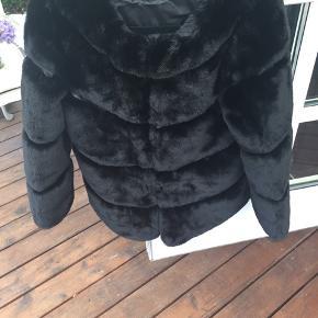 Super flot og velholdt fake fur jakke i sort str s/m. Super velholdt og kun brugt en enkelt gang.