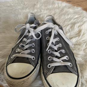 Sælger mine Converse All Star Sneakers   De er brugte, men ellers i god stand.   Der er ingen huller eller pletter i stoffet.   Et par nye snørrebånd og evt Karls Kicks superwhite kan sikkert få dem i perfekt stand.   NP: 550kr  Mp: BYD   OBS:‼️ sælger lige nu - billigt - ud af en masse forskelligt mærketøj, tjek det ud! 🔆 🍒