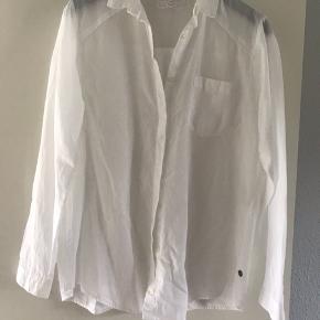 Hvid langærmet skjorte med brystlomme.  Brystmål 54cm Længde 70cm  Køber betaler fragt og TS   BYTTER IKKE