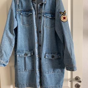 Super fin blå denim jakke fra Modström.  Brugt 2-3 gange. Kom med bud. Ny pris 1000kr.