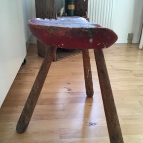 Bund solid og flot gammel malkestol. Lige nu med gammel rød maling men kan selvfølgelig males om. .