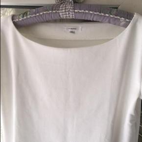 Varetype: Bluse Farve: som billede  Flot, flot hvid bluse 68% bomuld, 27 spendex , 5 % elastine. Aldrig brugt.