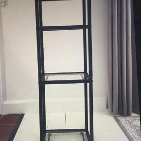Reol kun lige samlet  i sort stål med glasplader  22x30x90 cm