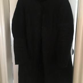 Varetype: Frakke Farve: Sort Oprindelig købspris: 3000 kr.  Dejlig, sort rulamsfrakke fra Club Collection.  Str 40/42. Rund hals - ingen krave.   Ca 105 cm lang målt fra skulder og ned.   Trykknapper og 2 lommer. Den mangler én trykknap - den har jeg tabt.   Den er kul sort. Nogle  af billederne snyder pga lyset, men jeg har taget dem med så man kan se detaljer.   God men brugt.   Np 3000,- Mp 500,- pp og evt ts gebyrer