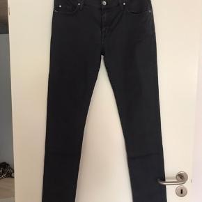 Super flotte jeans i str 30/34. Med let stræk i stoffet. Brugt en gang. Så er helt som nye. Ingen tegn på slid. Modellen hedder Blaise. På det sidste billede kan man se jeansene på, dog er mine mørkegrå!