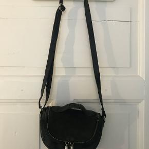 Sød lille taske fra BeckSöndergaard med små rum indeni til organisering af ting, og så kan den lynes også.   Kig gerne på min profil, jeg har flere tasker, men også tøj, sko, puder, træningstøj og undertøj.   Laver gerne en god aftale hvis du er interesseret i flere ting :-)