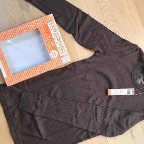 Customizes langærmet trøje i pakke str. 10 år. Mulvarpe brun. Porto 38 kr. Ny stadig i æske. Nypris 400.-