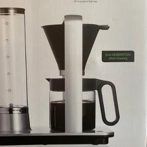 HELT NY, ubrugt Wilfa Svart Presisjon Kaffemaskine WSP-2A. Den giver 12 kopper, men kun 6 min. bryggetid - Aromakontrol Ny pris fra 2299 —   Denne elegante Wilfa Svart Presisjon kaffemaskine er til den ægte kaffeelsker. Svart Presisjon WSP-2A  er en automatisk kaffebrygger med mange funktionelle features.  Udviklet med en af verdens bedste baristaer Solid, gennemtænkt og moderne kaffemaskine Unik temperaturstabilitet – ikke set magen til! Svart Presisjon er udviklet af Wilfa i samarbejde med en af verdens dygtigste baristaer – Tim Wendelboe. Svart Presisjon er nærmest æstetisk smuk i sit aluminiumsdesign og prop fyldt med funktioner, der giver dig en lækker kop kaffe og præcis brygning.
