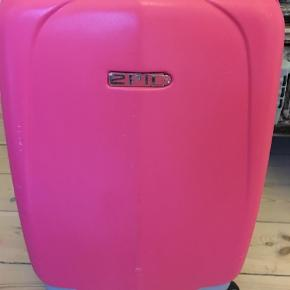 Brand: Epic Varetype: Kuffert/kabine  Størrelse: Kabine Farve: Pink  Købt hos neye brugt på5 rejser. Mp 150 afhentes Kbh k el 2920. Bytter ikke