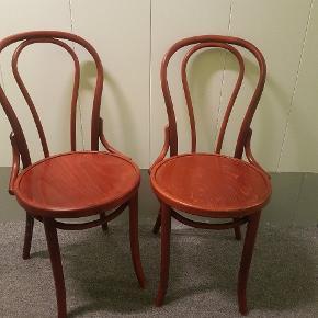 To super flotte formpressede Thonet stole i deres oprindelige farve.  Oprindeligt købt ved dansk møbelhandler.  Prisen er for begge stole.