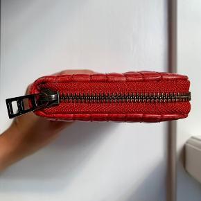 Stor rød Zadig & Voltaire pung med en lynlåslomme samt 12 kortrum❤️✨ 19 x 10,5 cm.  God pris!!