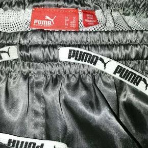 Flotte shorts/badeshorts fra Puma med netinderbuks, brugt en enkelt gang og som ny. Porto 37 kr