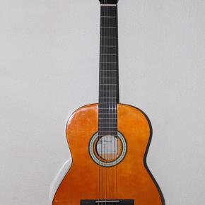 Duper fin akustisk guitar. Jeg har haft den i et par år nu, men der er ingen skrammer derpå. To ekstra pakker strenge kan kæbes med for 50kr