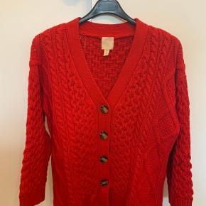 Fin rød cardigan i dejlig strik der ikke kradser. Pæn rød farve. Stor i str.